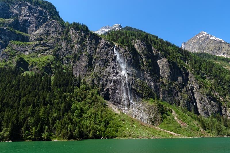 Vista panorâmica da cachoeira no lago Stillup nos cumes, Áustria, Tirol imagem de stock royalty free