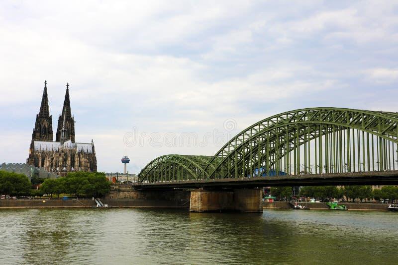 Vista panorâmica da catedral da água de Colônia e da ponte de Hohenzollern, Alemanha imagens de stock royalty free