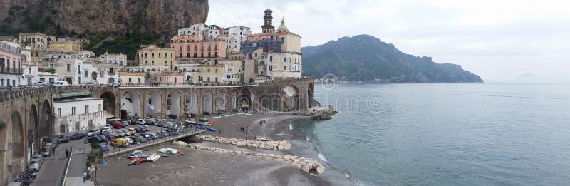 Vista panorâmica da cidade de Atrani, na costa de Amalfi fotos de stock