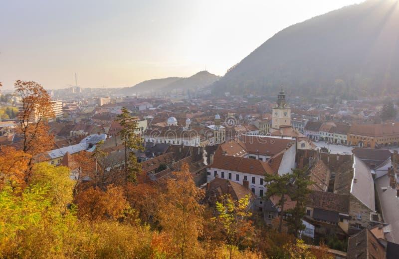 Vista panorâmica da cidade de Brasov em uma manhã morna do outono fotos de stock royalty free