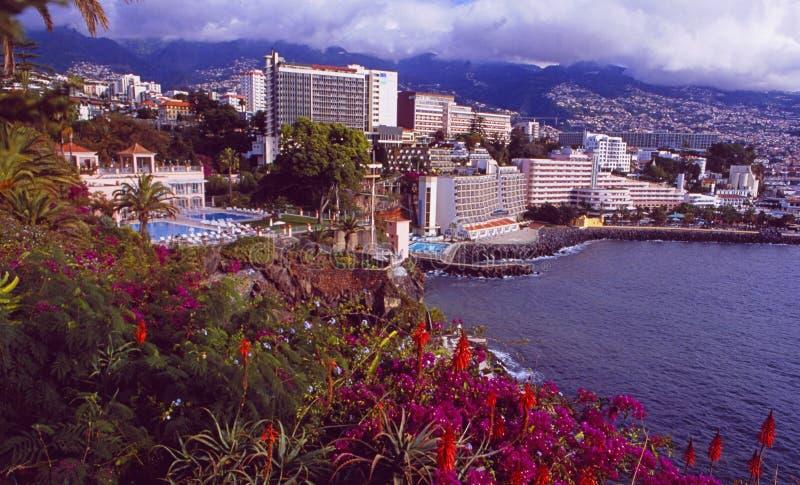 Vista panorâmica da cidade de Funchal na ilha de Madeira com os hotéis de luxo fotos de stock
