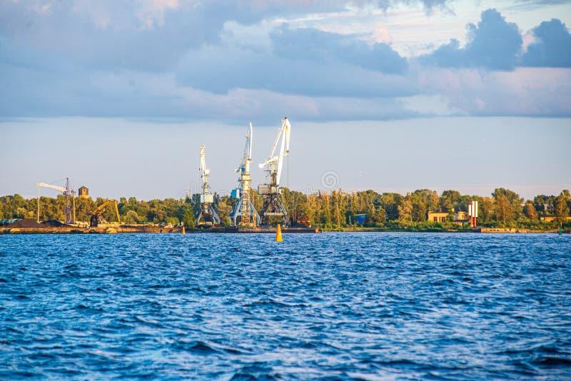 Vista panorâmica da cidade de Riga através do rio do Daugava fotos de stock