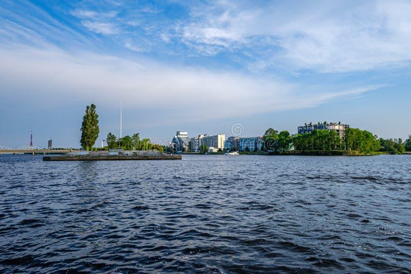 Vista panorâmica da cidade de Riga através do rio do Daugava imagens de stock