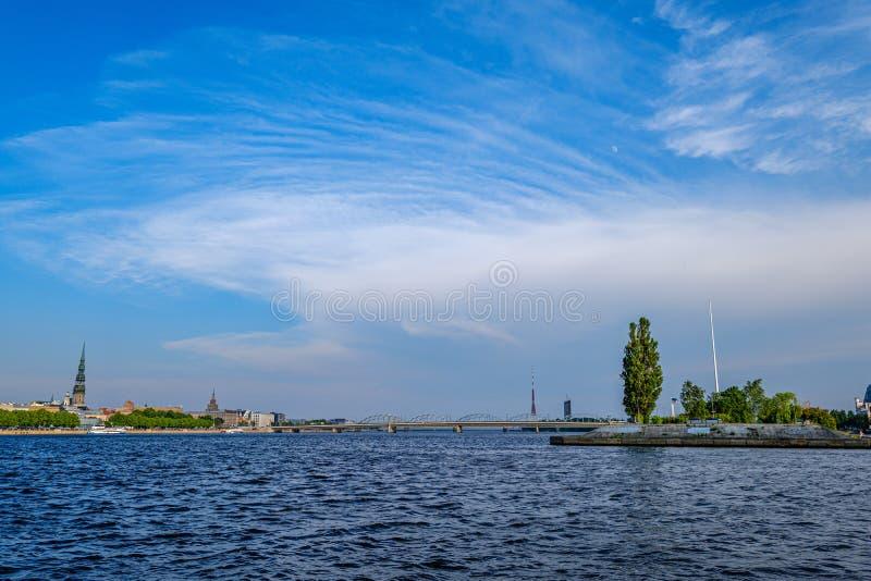 Vista panorâmica da cidade de Riga através do rio do Daugava imagem de stock royalty free