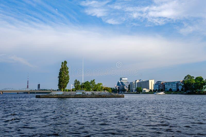 Vista panorâmica da cidade de Riga através do rio do Daugava fotografia de stock