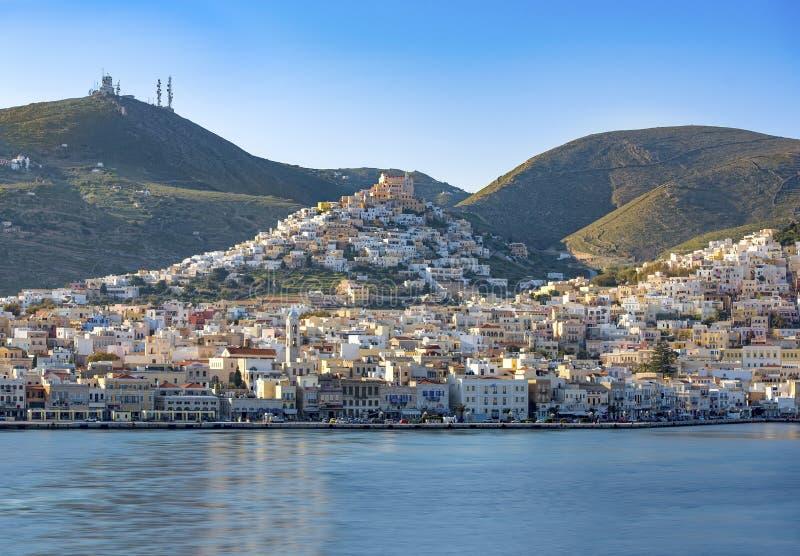 Vista panorâmica da cidade de Syros, ilhas de Cyclades, Grécia fotos de stock royalty free