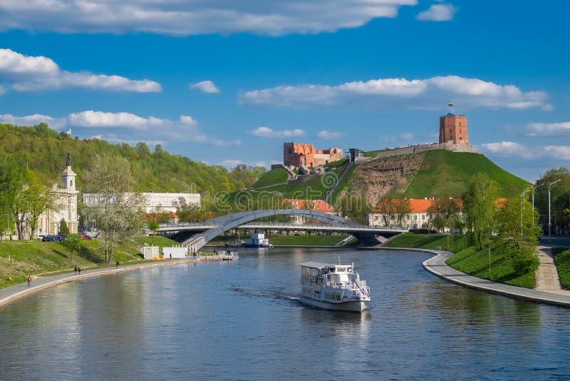 Vista panorâmica da cidade e do rio velhos Vilia, Vilnius, Lituânia fotos de stock royalty free