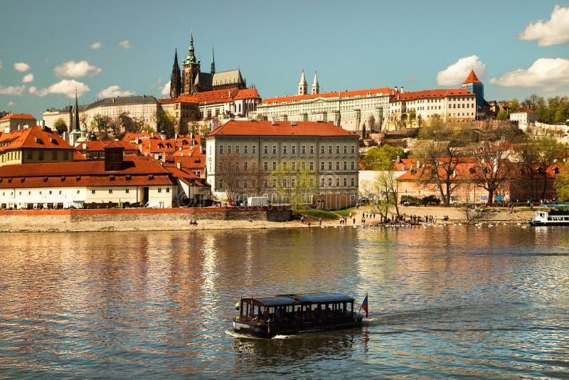 Vista panorâmica da cidade e do rio velhos Vltava República checa imagem de stock royalty free