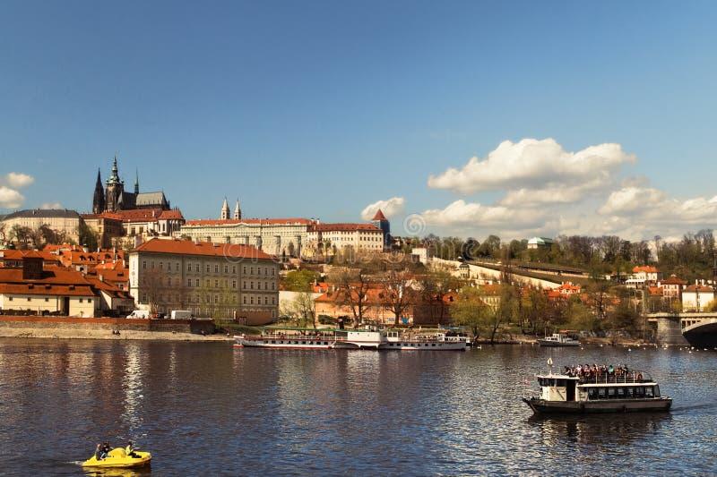 Vista panorâmica da cidade e do rio velhos Vltava República checa imagem de stock
