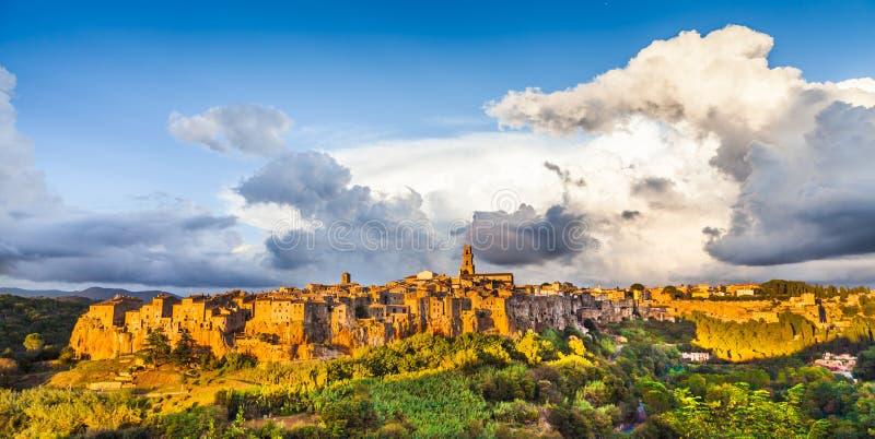 Vista panorâmica da cidade medieval de Pitigliano no por do sol, Toscânia foto de stock royalty free
