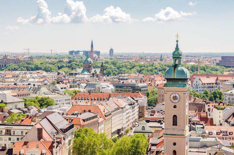 Vista panorâmica da cidade Munich em Baviera, Alemanha Foco na torre foto de stock