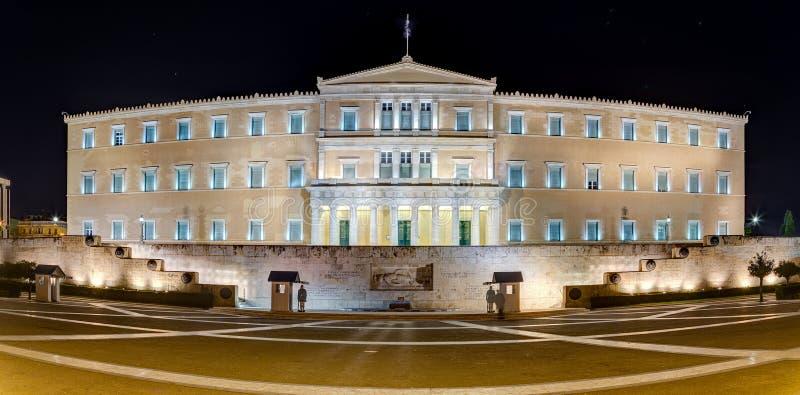 Vista panorâmica da construção grega na noite, Atenas do parlamento imagens de stock royalty free