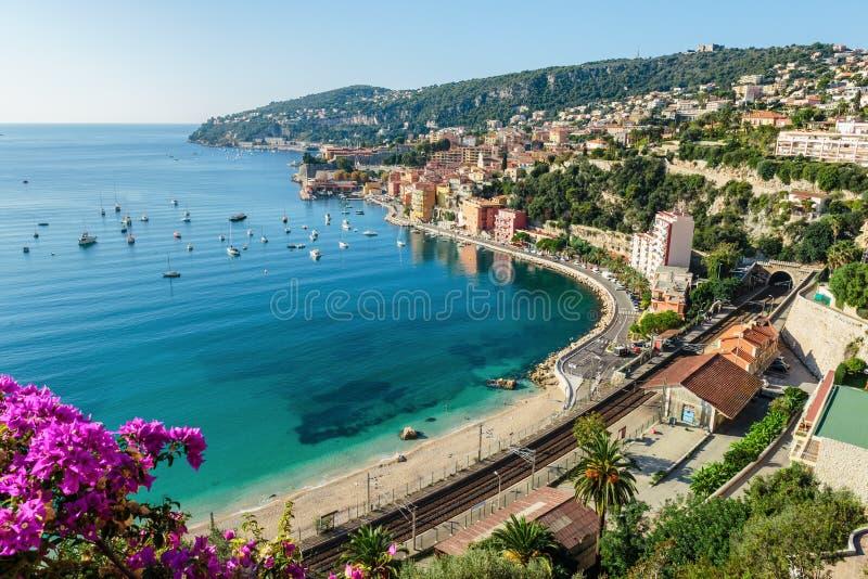 Vista panorâmica da costa d \ 'Azur perto da cidade de Villefranche-sur- imagens de stock