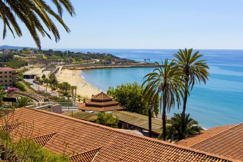 Vista panorâmica da costa de Tarragona no dia ensolarado, Catalunya, Espanha imagem de stock