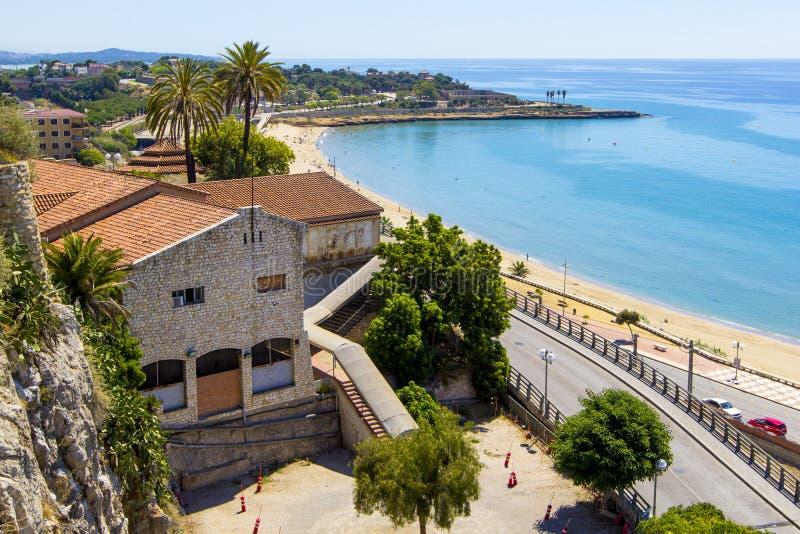 Vista panorâmica da costa de Tarragona no dia ensolarado, Catalunya, Espanha foto de stock royalty free