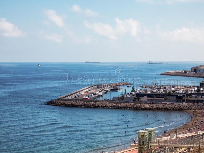 Vista panorâmica da costa de Tarragona, praia no La Pineda no dia ensolarado fotografia de stock royalty free