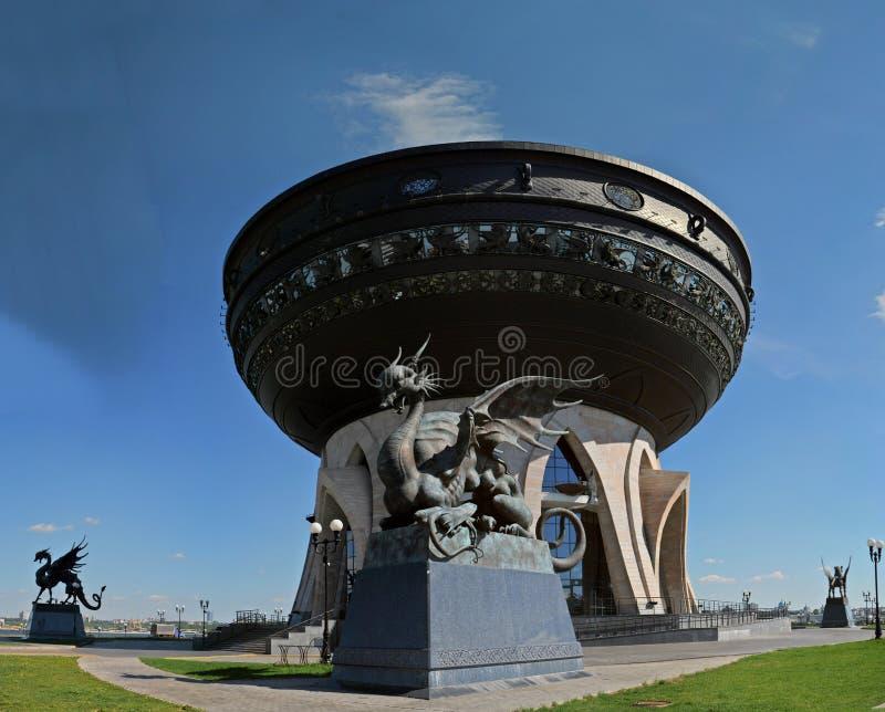 Vista panorâmica da estátua fêmea do dragão voado Zilant e do centro Kazan da família imagem de stock royalty free