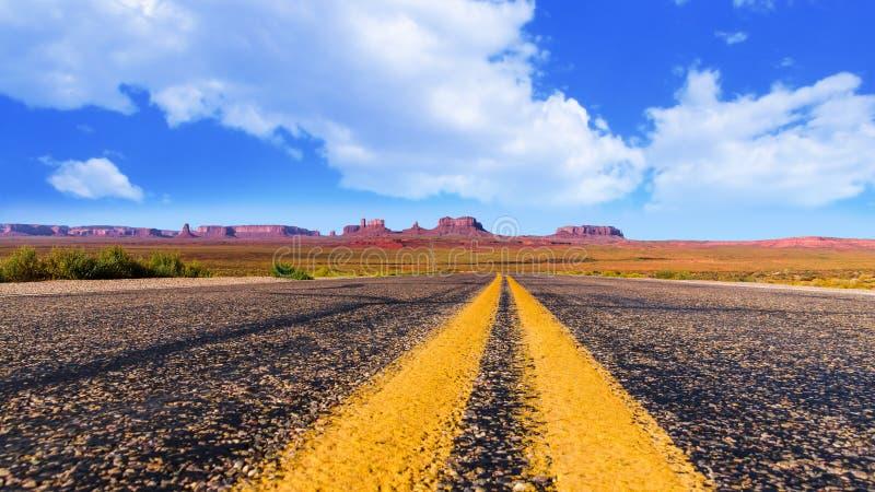 Vista panorâmica da estrada no vale do monumento no Arizona e em Utá fotografia de stock royalty free