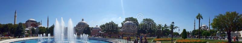 Vista panorâmica da fonte na frente de Hagia Sófia e mosq azul imagens de stock