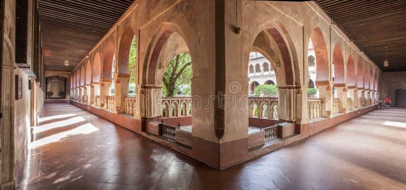 Vista panorâmica da galeria aberta da arcada de Guadalupe Monastery C fotografia de stock