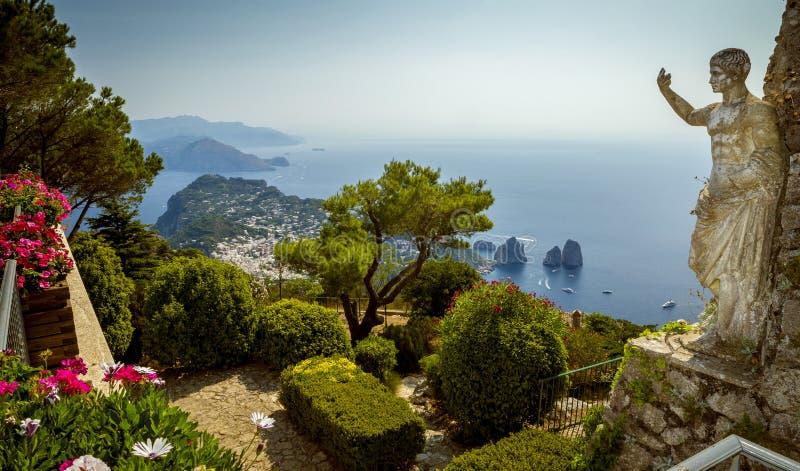 Vista panorâmica da ilha de Capri da montagem Solaro, Itália fotografia de stock royalty free