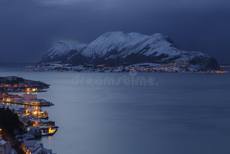 Vista panorâmica da ilha de Godoya na noite do monte de Aksla em Alesund fotografia de stock royalty free