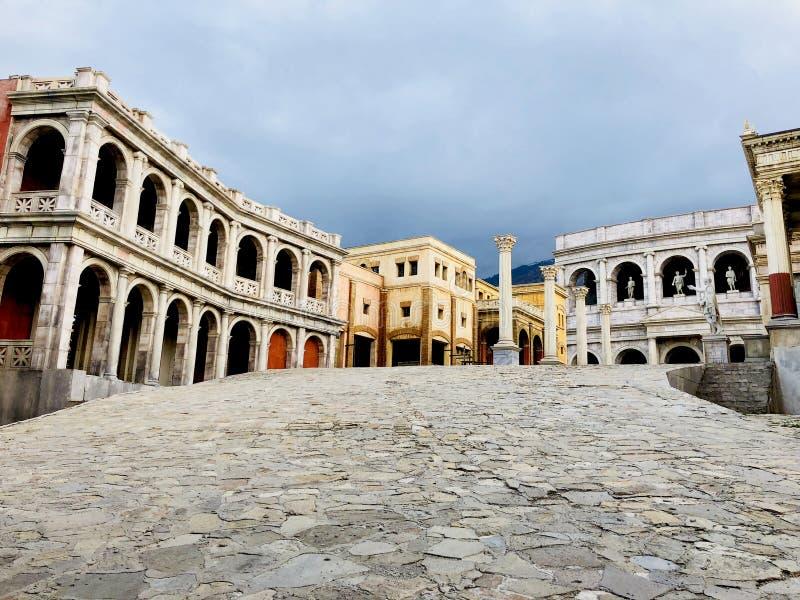 Vista panorâmica da maneira do trajeto da perspectiva das construções do estilo romano fotos de stock royalty free