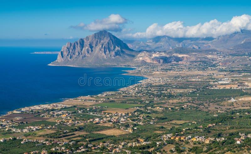 Vista panorâmica da montagem Cofano e do litoral de Erice, província de Trapani, Sicília imagens de stock
