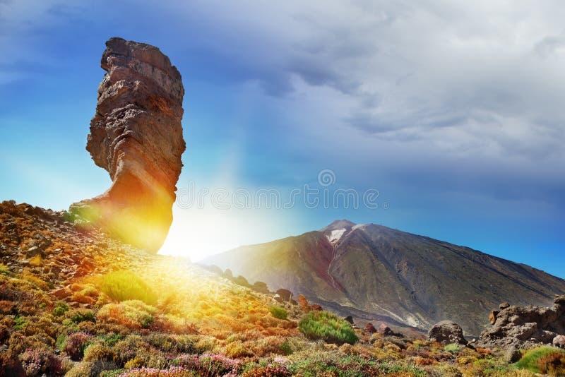 Vista panorâmica da montagem Teide no por do sol Turismo nas Ilhas Canárias Praia da Espanha, Tenerife imagem de stock