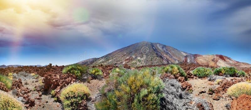 Vista panorâmica da montagem Teide no por do sol Turismo nas Ilhas Canárias Praia da Espanha, Tenerife fotografia de stock
