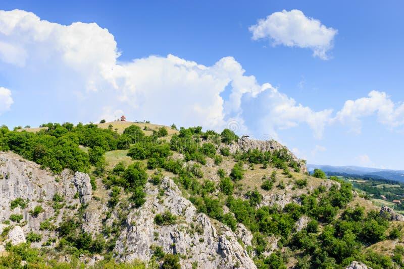 Vista panorâmica da montanha na Sérvia com o pavilhão na parte superior foto de stock royalty free