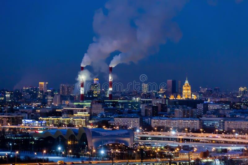 Vista panorâmica da noite Moscou Luzes grandes da cidade O vapor vem das tubulações do CHP fotos de stock