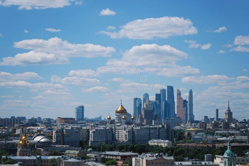 Vista panorâmica da parte moderna de Moscou, capital de Rússia Dia ensolarado imagem de stock