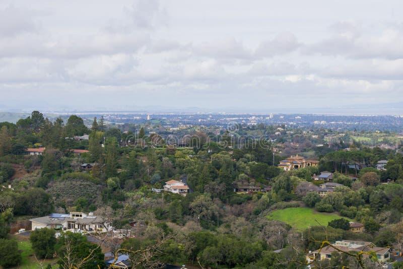 Vista panorâmica da península em um dia nebuloso; vista para altos, Palo Alto, Menlo Park, Silicon Valley e Dumbarton do Los imagem de stock royalty free