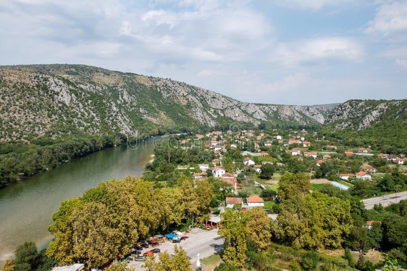 Vista panorâmica da pequena cidade de Pocitelj e do rio Neretva fotos de stock