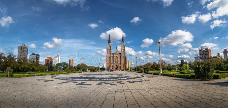 Vista panorâmica da plaza Moreno e da catedral de Plata do La - La Plata, província de Buenos Aires, Argentina fotos de stock