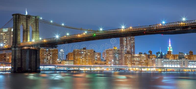 Vista panorâmica da ponte de Brooklyn na noite com luzes, New York fotos de stock royalty free