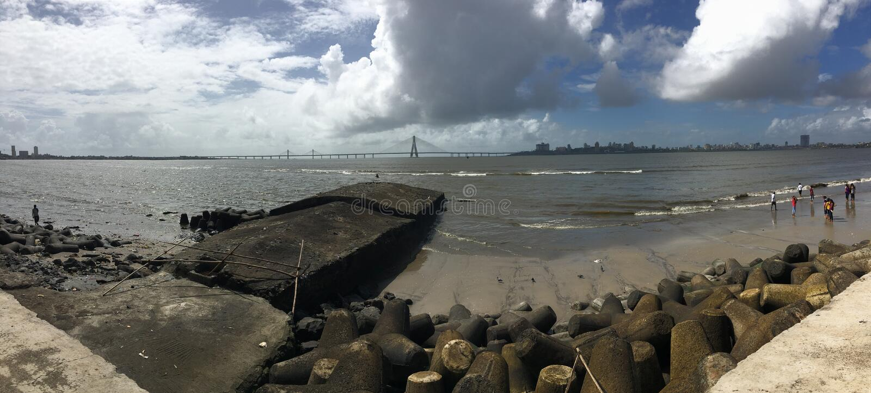 Vista panorâmica da ponte Mumbai de Sealink e da praia fotos de stock
