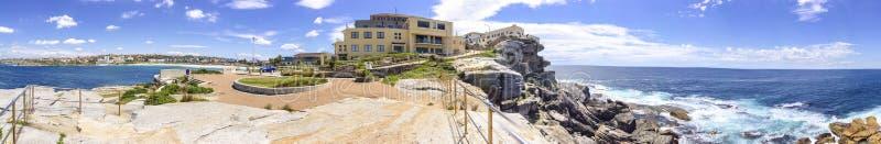 Vista panorâmica da praia de Bondi de Sam Fiszman Park, Sydney, Austra fotos de stock