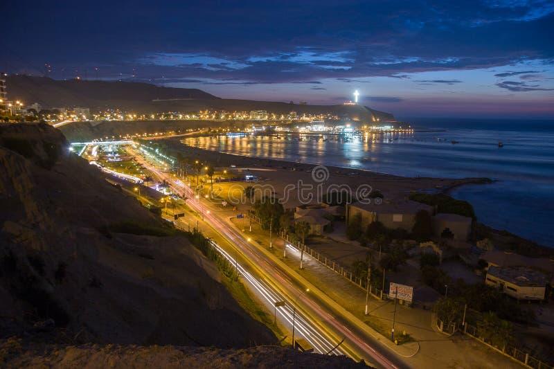 Vista panorâmica da praia de Dulce da água em Lima, Peru foto de stock