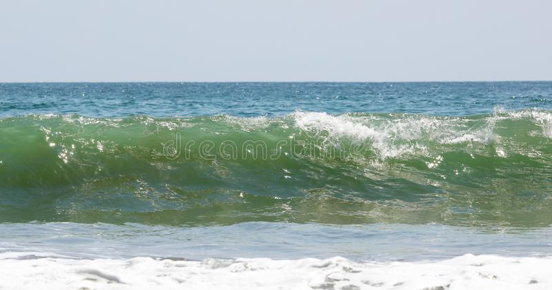 A vista panorâmica da praia do parque nacional de Manuel Antonio em Costa Rica, a maioria de praias bonitas no mundo, surfista en foto de stock royalty free