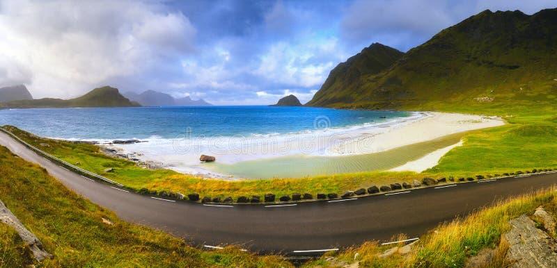 Vista panorâmica da praia e da estrada de Haukland em Noruega, ilhas de Lofoten, perto de Leknes, Nordland fotos de stock royalty free