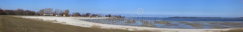 Vista panorâmica da praia em Eldena, Greifswald, Meclemburgo-Pomerania, Alemanha A maré é baixa imagem de stock