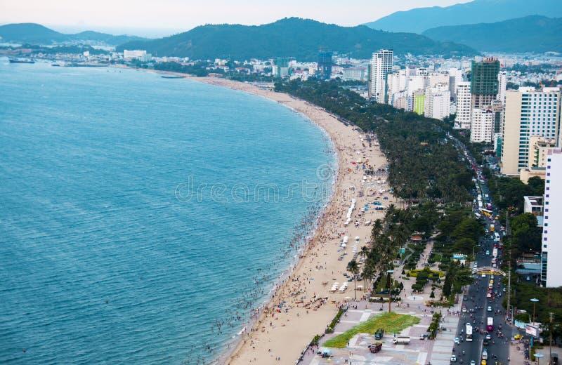 Vista panorâmica da praia na cidade de Nha Trang, Vietname fotos de stock royalty free