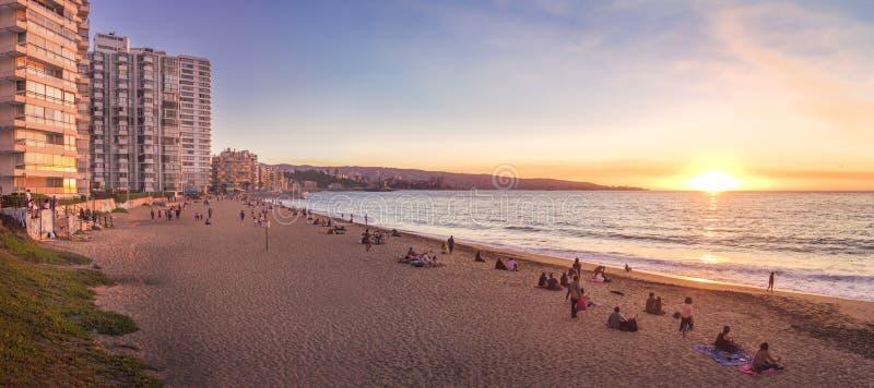 Vista panorâmica da praia no por do sol - Vina del Mar de Acapulco, o Chile fotografia de stock