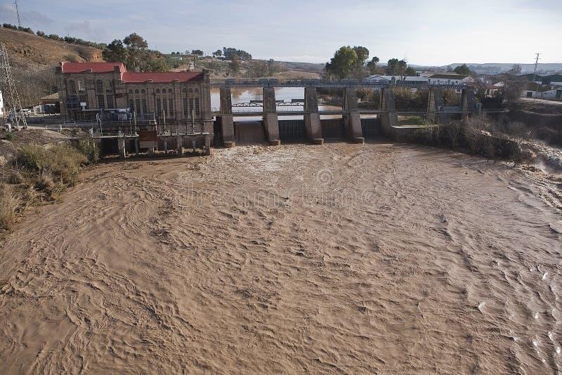 Vista panorâmica da represa e da planta hidroelétrico em Mengibar fotografia de stock royalty free