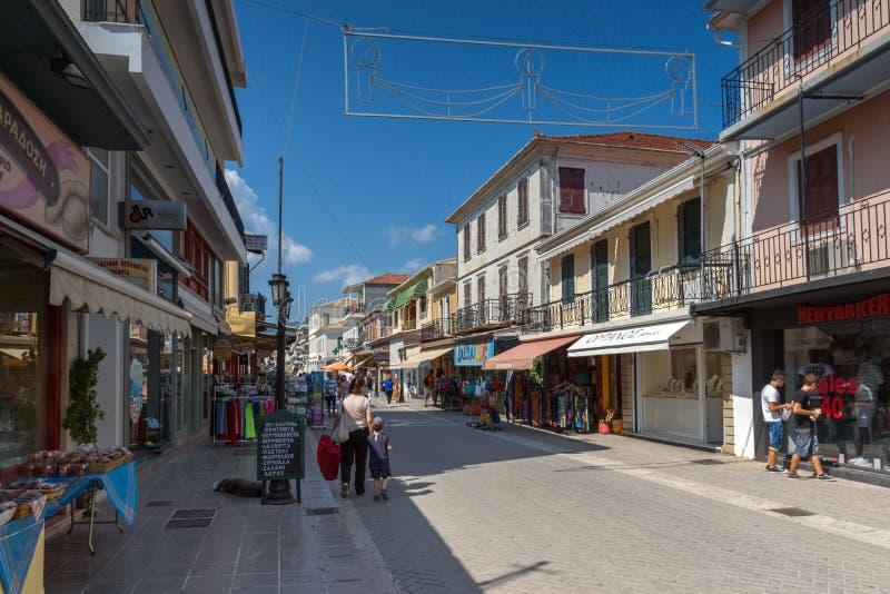 Vista panorâmica da rua na cidade de Lefkada, ilhas Ionian, Grécia fotos de stock royalty free