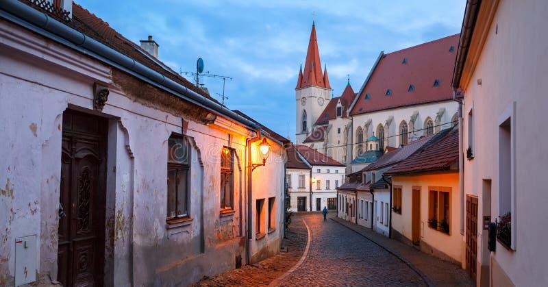 Vista panorâmica da rua pavimentada velha na baixa histórica em uma noite do inverno Cidade de Znojmo, República Checa fotografia de stock royalty free