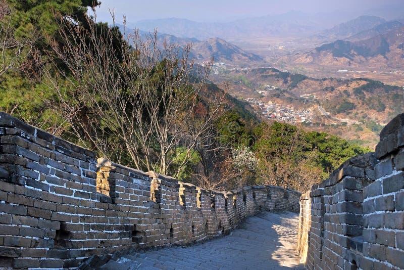 Vista panorâmica da seção de Mutianyu do Grande Muralha de China, cercado pela vegetação verde e amarela sob a foto de stock royalty free