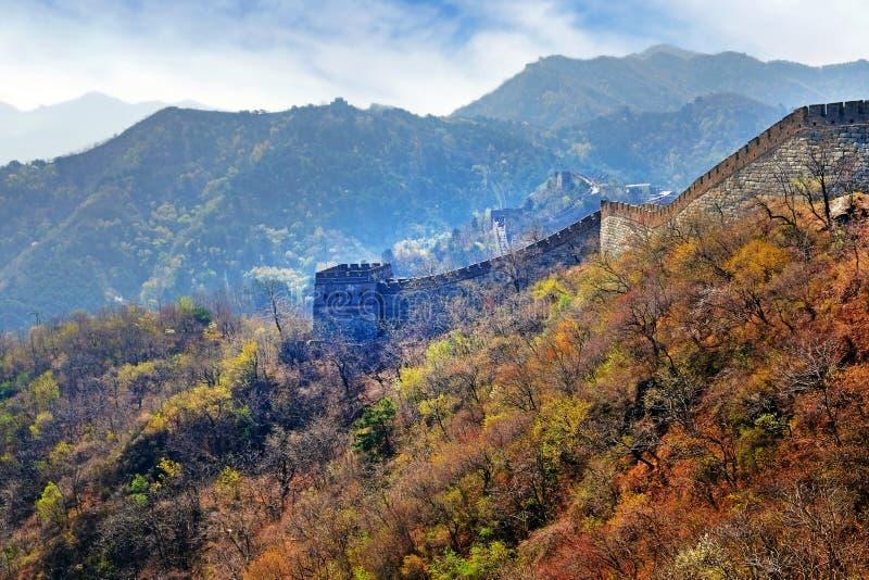 Vista panorâmica da seção de Mutianyu do Grande Muralha de China, cercado pela vegetação verde e amarela sob a imagens de stock